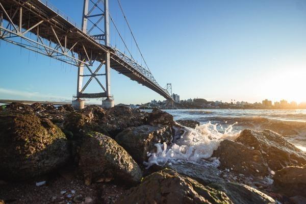 Onde ficar em Florianópolis: A Ponte Hercílio Luz vista de baixo para cima