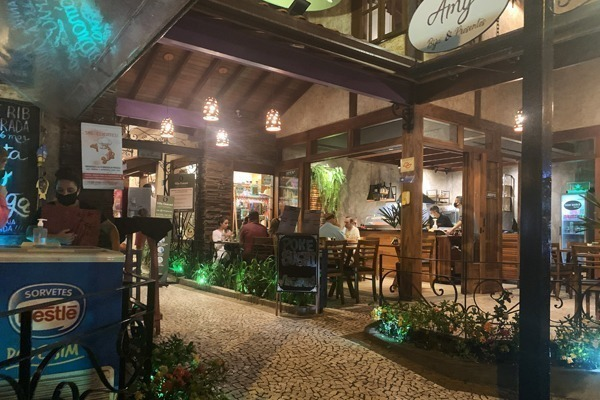 O Centro de Ubatuba, com seus restaurantes gostosos e estilosos