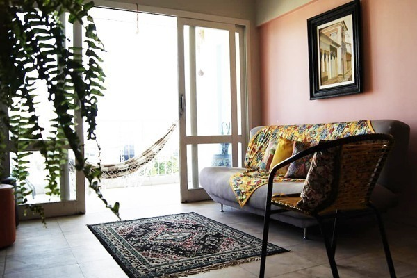Apartamento colorido e artístico, com decoração bem viva