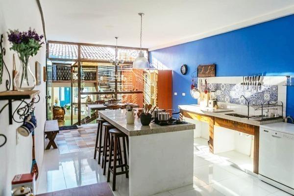 Cozinha lindíssima com vista para jardim interno neste Airbnb super estiloso