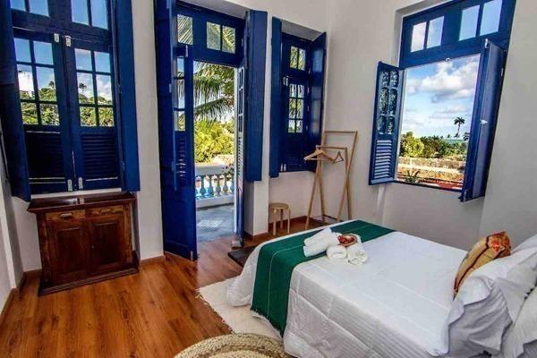 Lindo sobrado em Olinda, com janelas e portas azuis