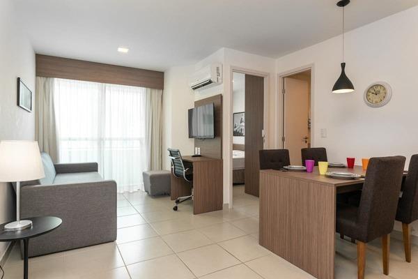 Sala e cozinha juntas bem iluminadas