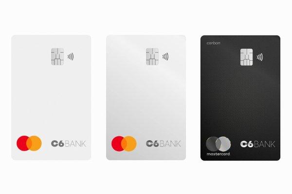 Três cartões do Banco C6, um branco, um cinza e um preto