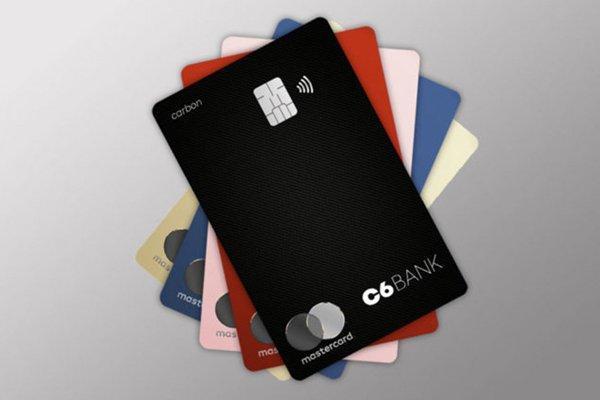 Banco C6: Vários cartões coloridos do C6 Bank