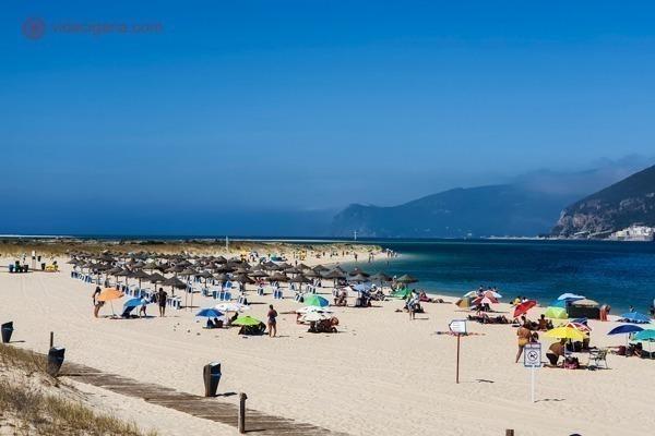 A Praia de Tróia cheia e com a Serra da Arrábida ao fundo