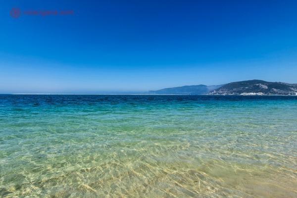 A Praia do Bico das Lulas com seu mar transparente