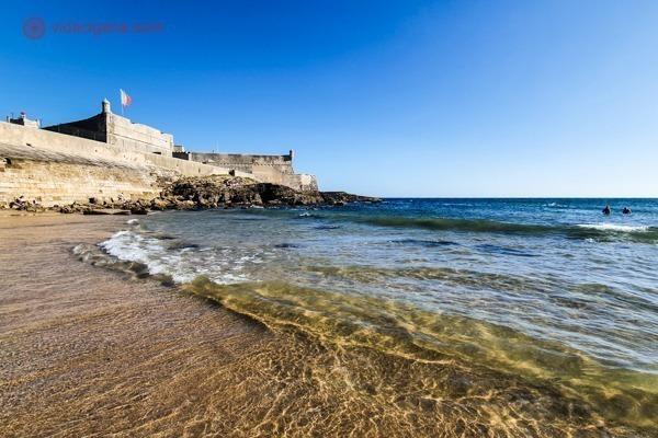 A Praia de Carcavelos com o forte do lado esquerdo