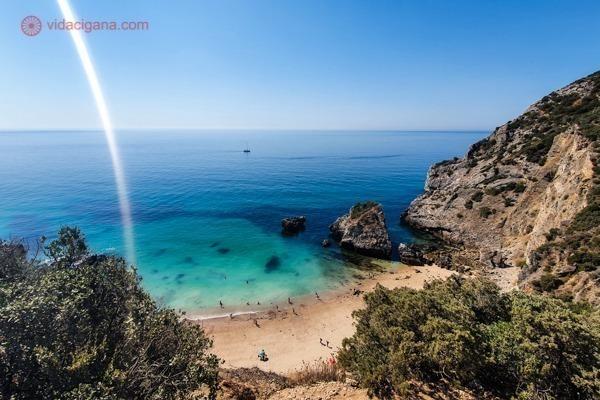 A Praia do Ribeiro do Cavlo vista da trilha que leva até lá