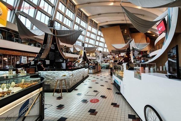 O interior do Mercado Bom Sucesso, com seus vários estandes de comida