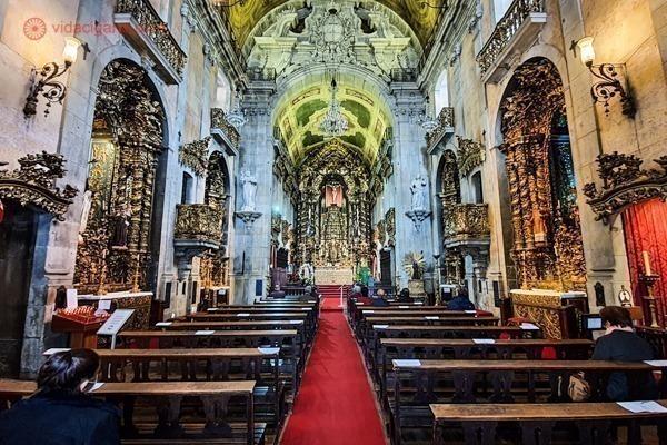 A Igreja do Carmo do lado de dentro, cheia de detalhes a ouro