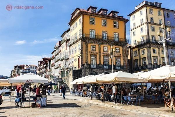 O que fazer no Porto; a Ribeira, cheia de restaurantes e prédios coloridos