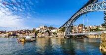O que fazer no Porto: um barco rabelo no rio douro, perto da ponte d. luis I