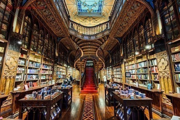 O interior da Livraria Lello, com sua escadaria esplendorosa