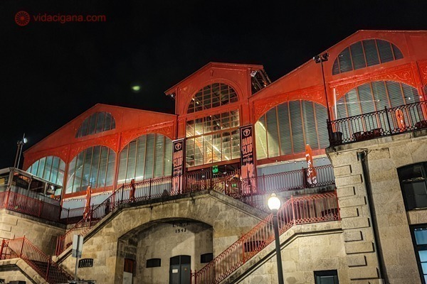 O Mercado Ferreira Borges a noite, todo vermelho