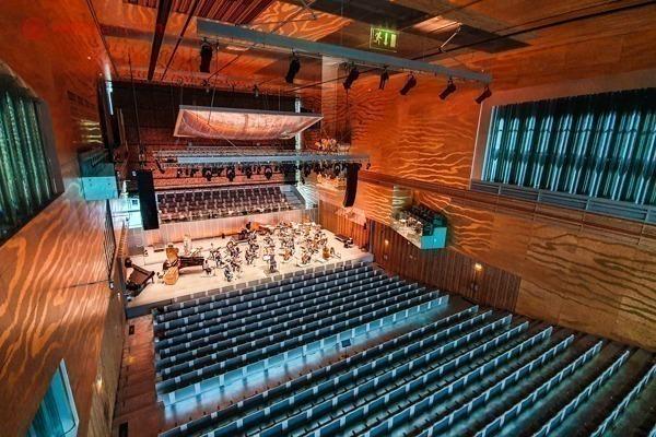 O interior da Casa da Música, com sua sala de espetáculos principal, lindíssima