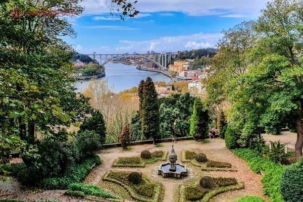 Os Jardins do Palácio de Cristal com seus campos verdes e vista para o Rio Douro