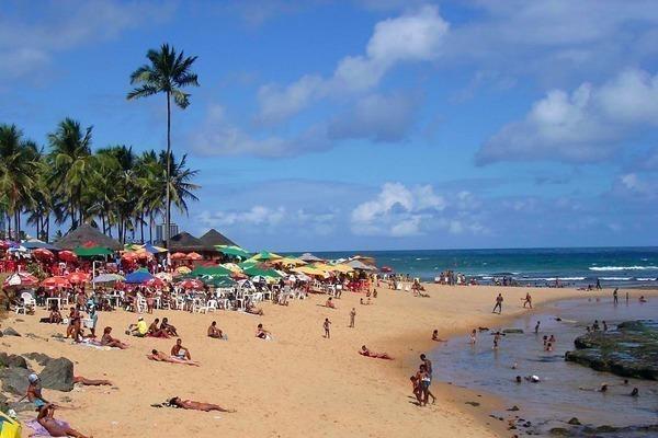 Onde ficar em Salvador: A Praia de Ondina cheia