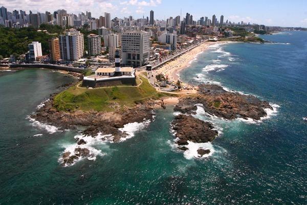 Onde ficar em Salvador: O Farol da Barra na penísula com a praia ao lado direito