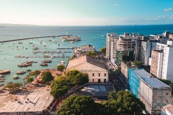 Onde ficar em Salvador: O Mercado Modelo de Salvador com o mar ao fundo