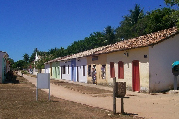Onde ficar em Porto Seguro: Casinhas coloniais coloridas em uma rua de terra batida