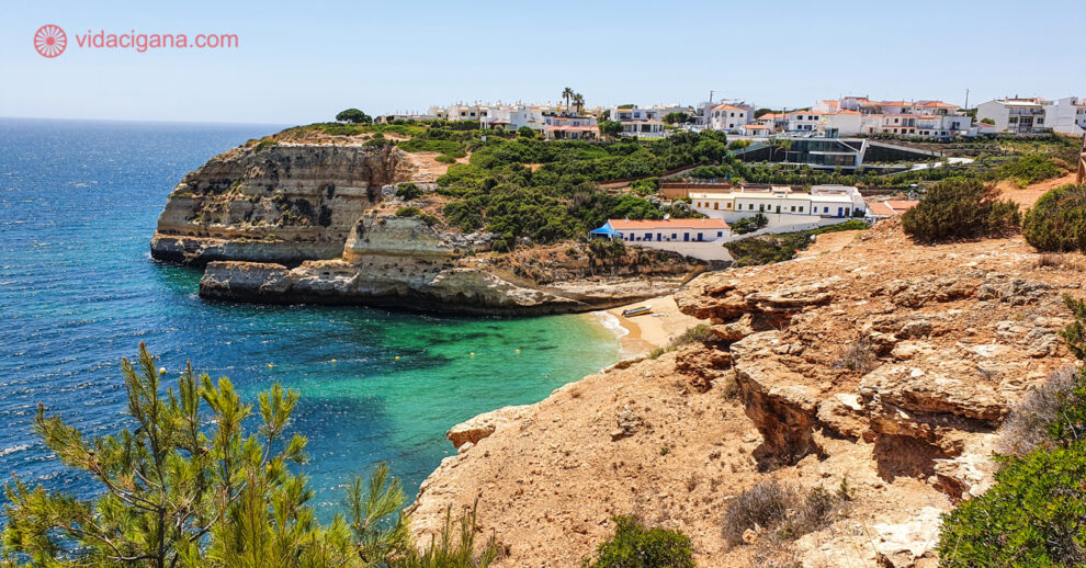 Onde ficar no Algarve: A Praia de Benagil vista de cima da falésia