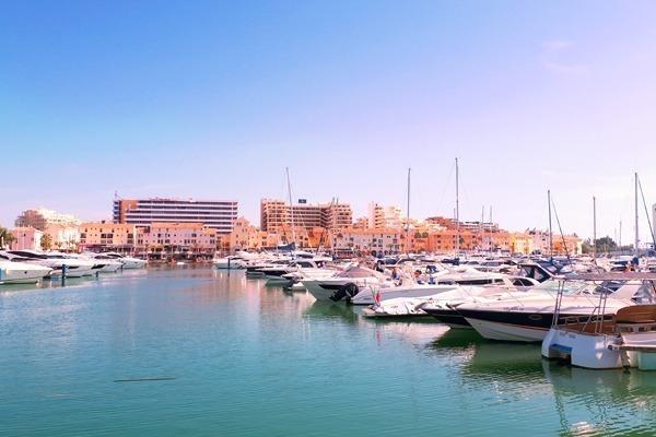 A Marina de Vilamoura cheia de veleiros e iates