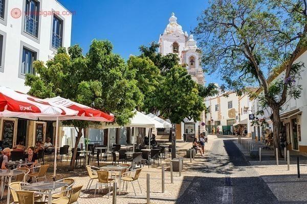 Onde ficar no Algarve: o Centro histórico de Lagos, com vários restaurantes, mesas na calçada