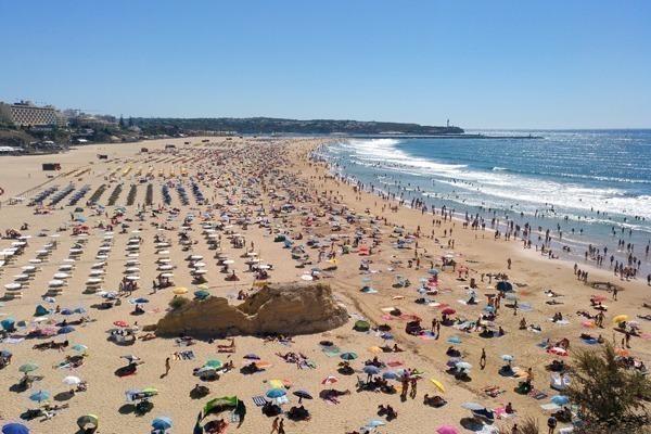 Onde ficar no Algarve: a Praia da Rocha, em Portimão, completamente lotada