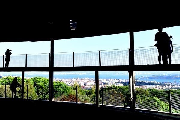A vista de Lisboa e do Rio Tejo do alto do Miradouro de Monsanto