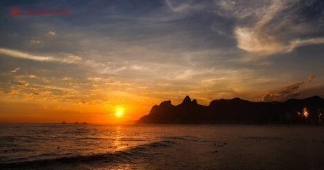 As 21 melhores praias do Rio de Janeiro: a Praia de Ipanema vista da Pedra do Arpoador durante o pôr do sol, simplesmente magnífica