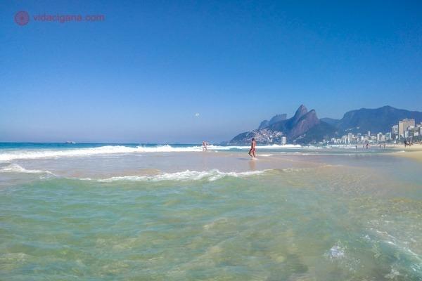 O Arpoador é umas das melhores praias do Rio de Janeiro. Nesta foto é a praia em dia de mar calmo, com várias piscinas naturais na areia.