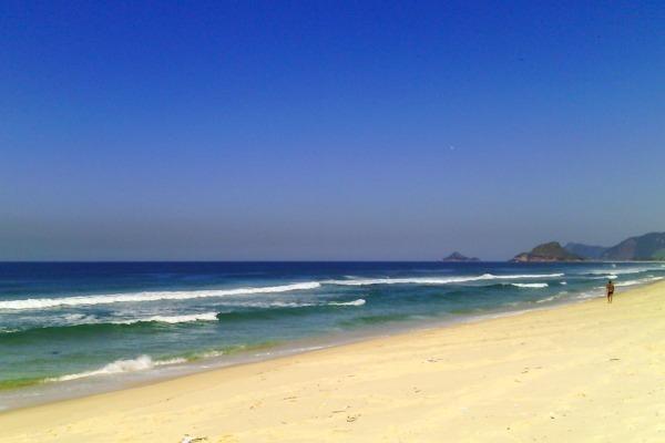 A Praia da Reserva vazia com águas limpas e céu azul