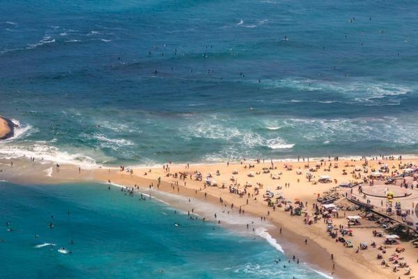 A faixa de areia da Praia do Pontal que liga a Pedra do Pontal, cheia