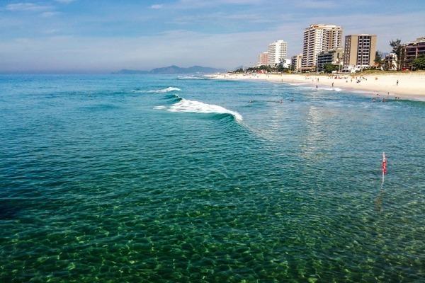 A Praia da Barra da Tijuca vista do Quebra Mar, com suas águas cristalinas e prédios altos