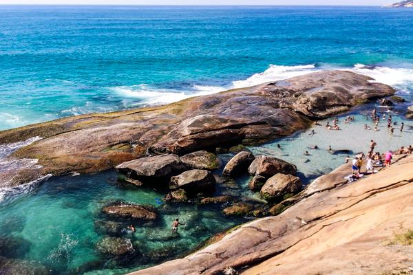 A Praia do Secreto vista de seu paredão de pedra com a piscina de águas cristalinas na direita