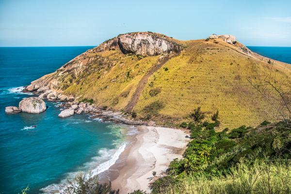 A Praia do Perigoso vista de cima, com a Pedra do Elefante ao fundo