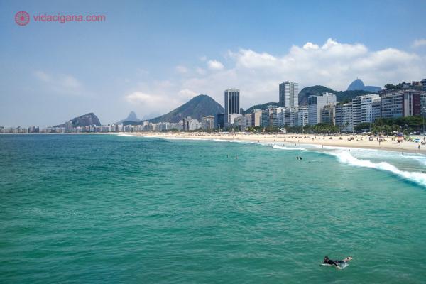 A Praia do Leme e de Copacabana vistas da Mureta do Leme, um mirante especial