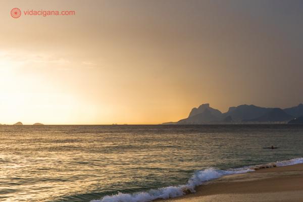 A Praia de Camboinhas durante o pôr do sol, com a silhueta do Rio lá ao fundo