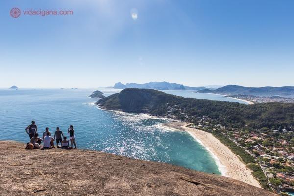 A Praia de Itacoatiara vista do alto do Costão, com a praia lá embaixo