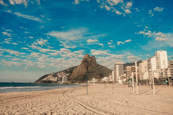 A Praia do Leblon vista da areia, com o Morro Dois Irmãos no fundo