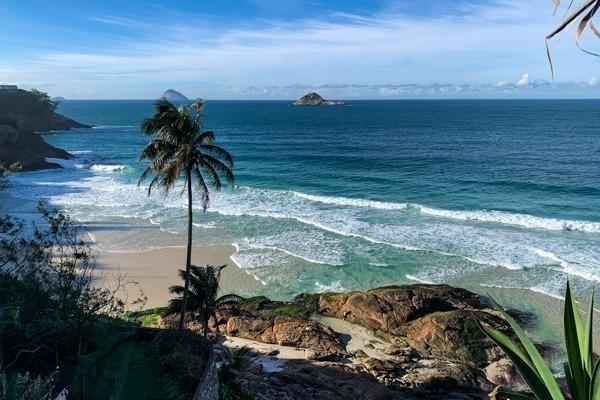 Praia da joatinga com trecho da faixa de areia visível