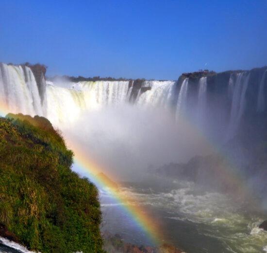 Onde ficar em Foz do Iguaçú: as cataratas num lindo dia de sol, com vários arco íris