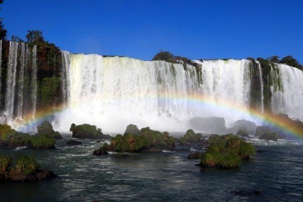 Arco-íris em frente às cataratas