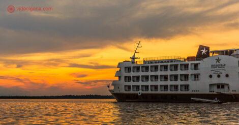 Foto do cruzeiro da Iberostar ao redor de Manaus durante o pôr do sol
