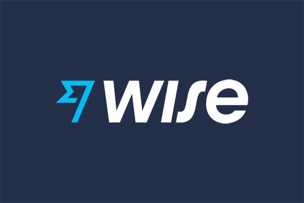 O logo da Wise (antiga TransferWise) em azul com as letras brancas. O Wise é a nossa principal indicação ao enviar dinheiro para Portugal