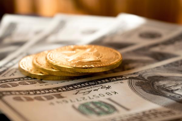 Moedas e notas de dólares em foco