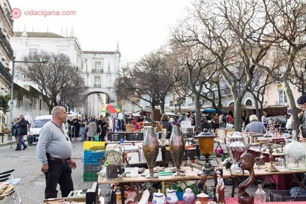 A Feira da Ladra, em Lisboa, com seus inúmeros produtos e objetos para comprar nas suas inúmeras barracas e estandes