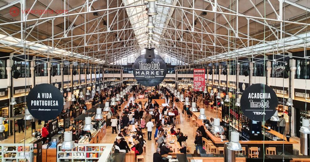 O Mercado da Ribeira, também chamado de Time Out Market, visto de cima do seu mezanino. Um dos melhores mercado Lisboa.