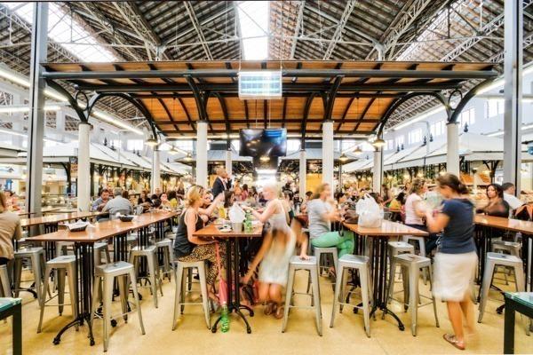 Mercado Lisboa: O Mercado de Campo de Ourique, em Lisboa, cheio de restaurantes. Foto tirada antes da pandemia