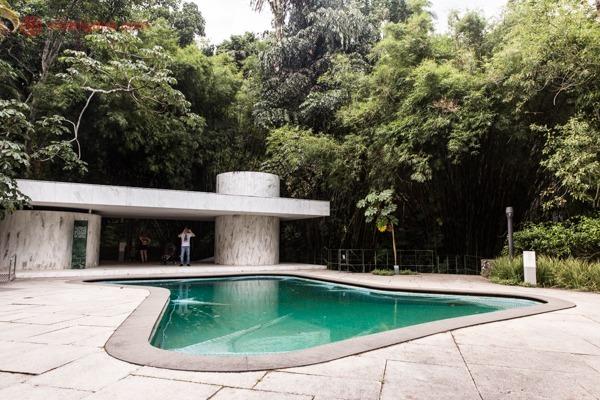 A piscina icônica do Instituto Moreira Salles, na Gávea, no meio da Mata Atlântica